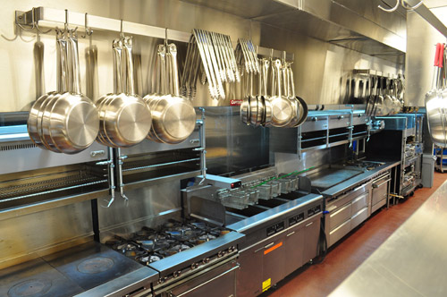 On the cookline, a rack holds and suspends pots, pans and other cooking utensils so cooks can reach them easily. The sous chef serves as a back-line expediter from this area and coordinates timing with the chef.