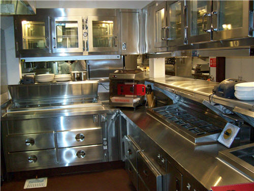 In the pantry, a mincer allows quick and safe production of steak tartar. Overhead pass-through refrigerators support efficiency and food safety.